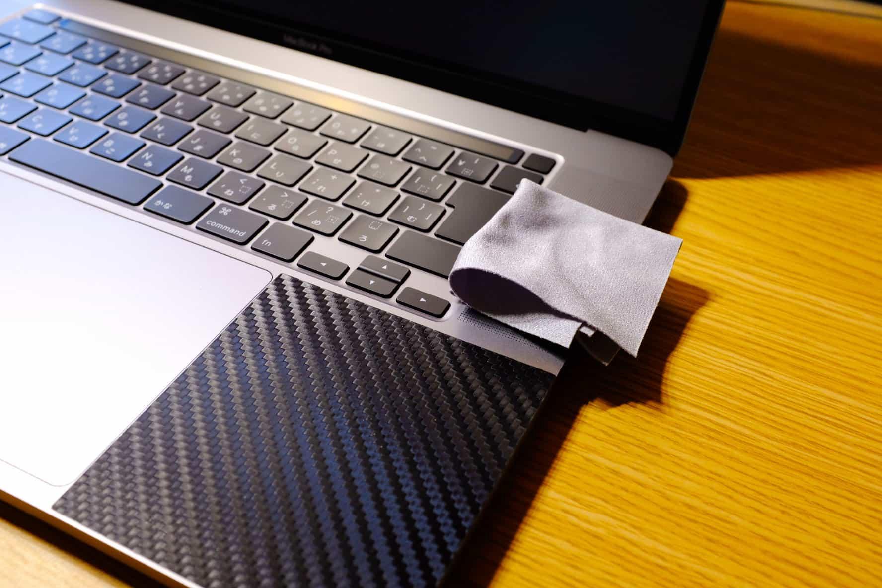 最後にキーボード周りやスピーカーを軽く拭く