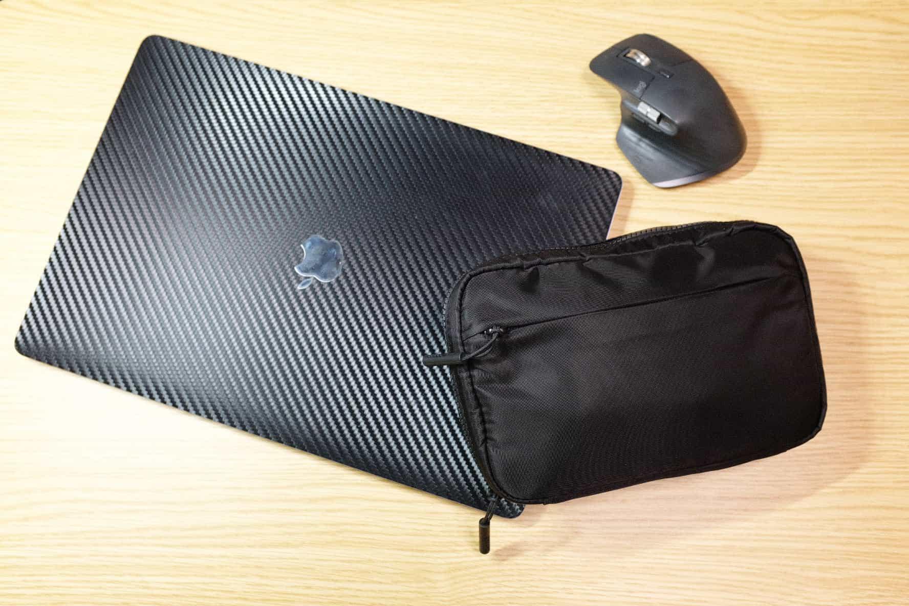 16インチMacBook Proと毎日持ち歩いているガジェットポーチの中身
