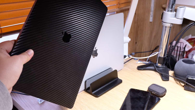 デスク左側は、16インチ MacBook Pro の保管庫
