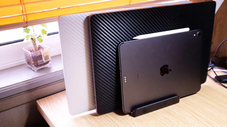 2台のMacBook と iPad Pro を縦置きするために最大3台縦置きできるスタンドを購入しました