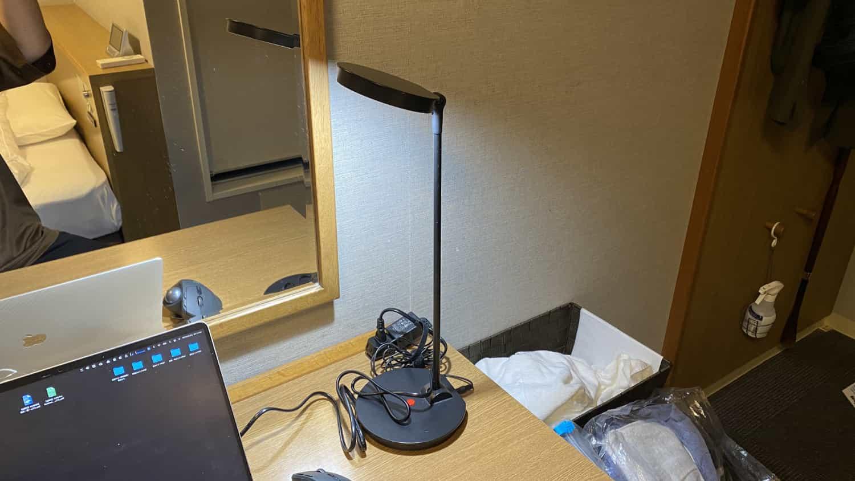 ドーミーインライトがシンプルでデスクを明るく照らしてくれる