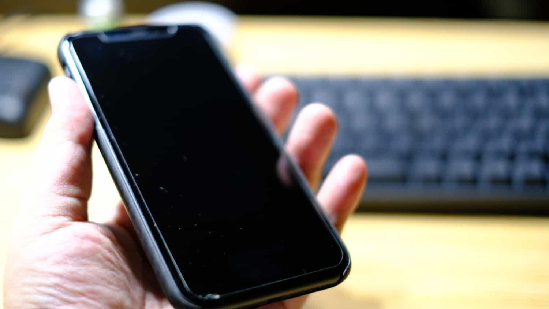 このタイミングでiPhoneのガラスフィルムが欠けました。フィルムを買い換えるか?新型iPhone登場まで待つか??