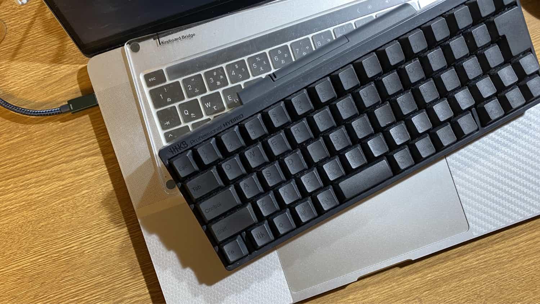 いつものHHKB Type-Sとキーボードブリッジで尊師スタイル