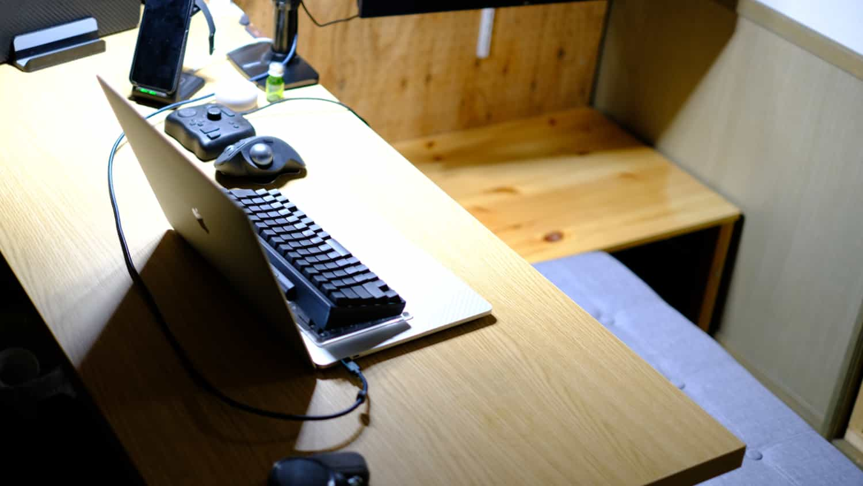 デスクチェアのキャスターを応急処置している間、いつも違うスタンスで作業デスクを使いました